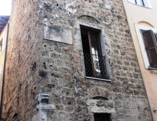 """""""C'è la peste"""": il vescovo sale in cima a Torre Barbarasa"""