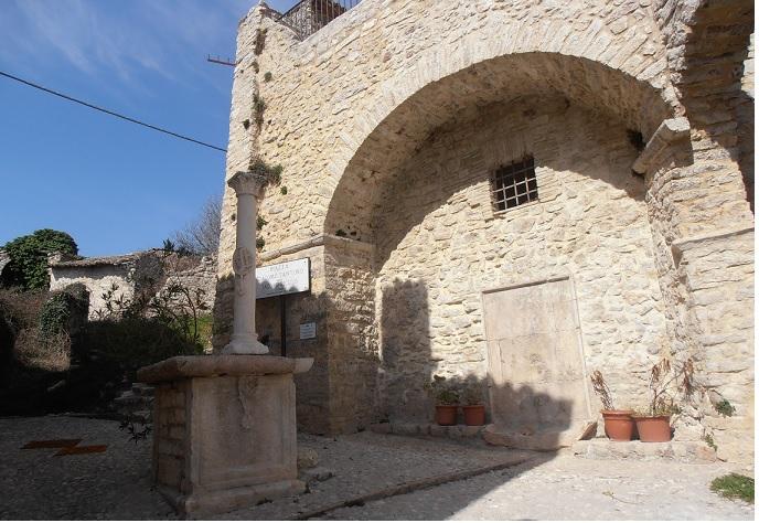 La piazzetta con la colonna di Jacopo Siculo