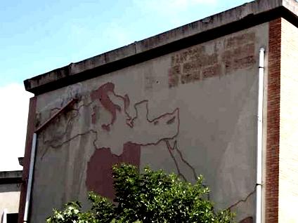 La mappa dell'impero sulla facciata della Casa del Combattente