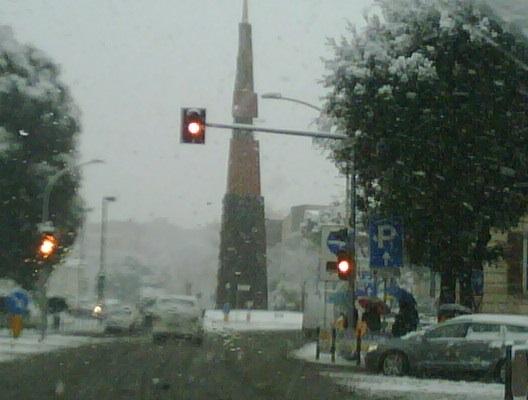 """L'obelisco """"Lancia i Luce"""" di Arnaldo Pomodoro"""