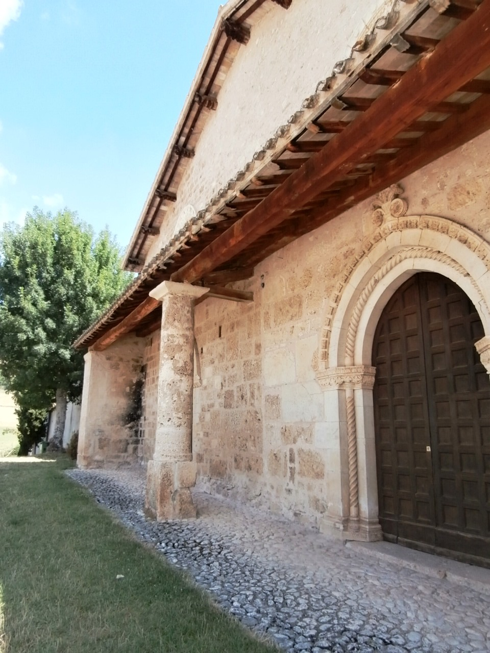 Campi, Norcia, chiesa San Salvatore, il portico (Foto UmbriaSud.com)