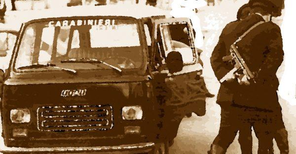 Carabinieri col mitra ad un posto di blocco